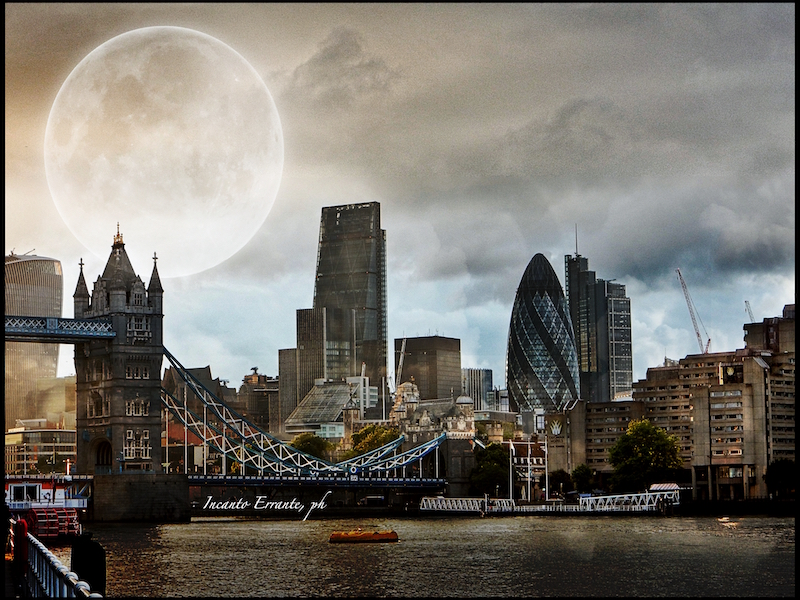 luna-piena-sulla-city-of-london