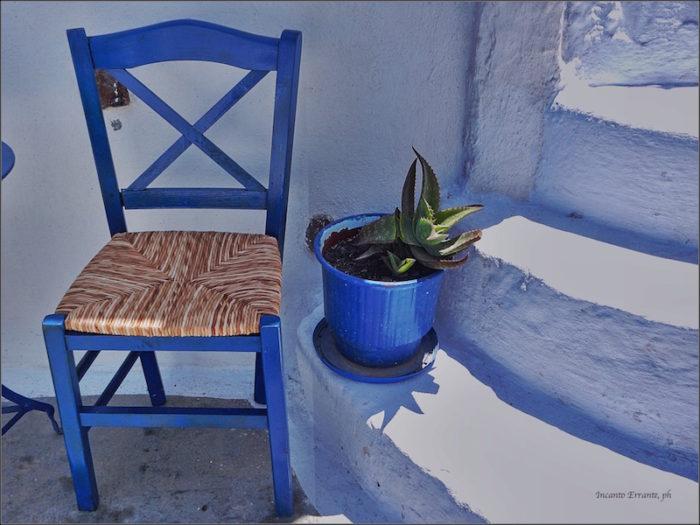 Sedia e vaso blu