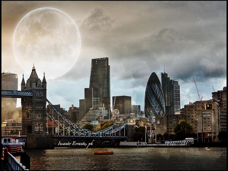 luna-piena-sulla-city-of-london