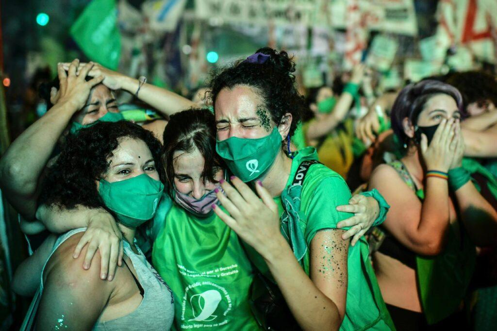 Argentina, aborto. Ragazze piangono di gioia per la vittoria riportata