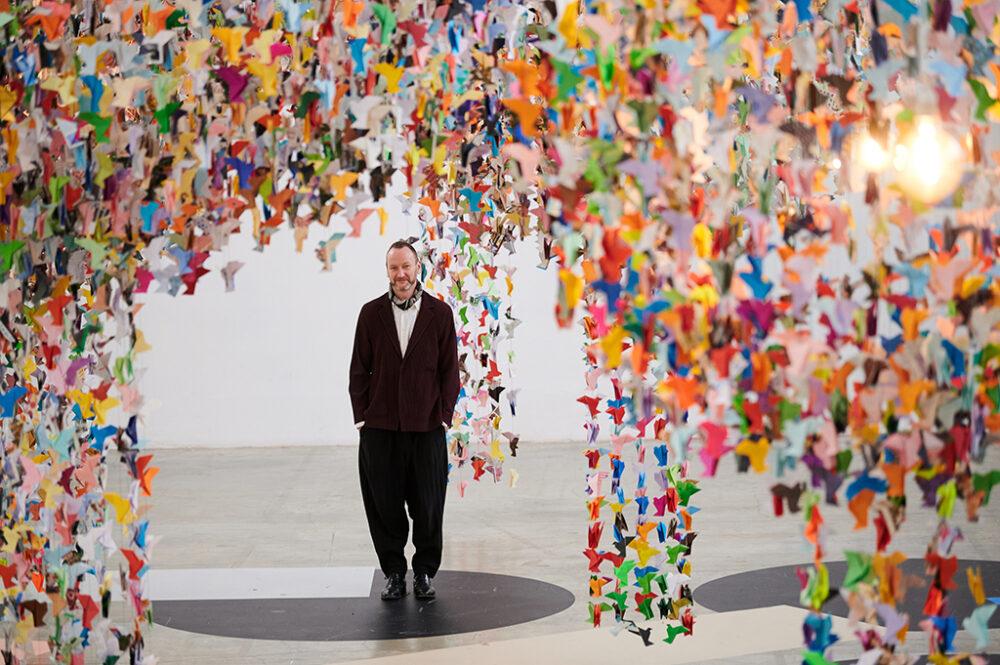Charles Kaisin tra i suoi origami